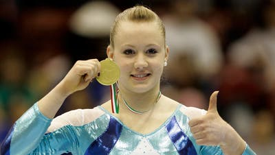 Stolz präsentiert Ariella Käslin ihre gewonnene Goldmedaille. (Bild: Philipp Schmidli (Mailand, 5. April 2009))