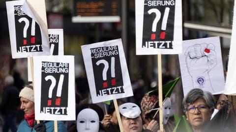 Demonstranten fordern die Regularisierung der Sans-Papiers- (Symbolbild: Georgios Kefalas / Keystone (Basel, 14. November 2020))