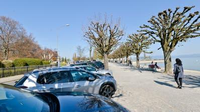 Um Massenansammlungen zu verhindern: Die Städte Arbon und Romanshorn sowie die Gemeinden Uttwil und Horn sperren grosse Parkplätze am Bodensee. (Bild: Donato Caspari)