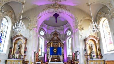Noch bis am Donnerstag, während der Fastenzeit, leuchtet der Chorraum der katholischen Kirche violet. ((Bild: Mario Testa))