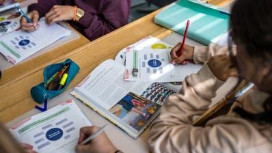 Das neue Lehrmittel für Hauswirtschaft, das WAH-Buch, wird von einer Schulklasse im Schulhaus Hubelmatt Luzern während des Unterrichts verwendet am Freitag, 27. September 2019. (Philipp Schmidli / PHILIPP SCHMIDLI | Fotografie)