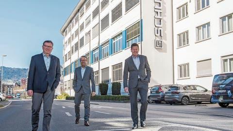Der designierte Verwaltungsratspräsident Thomas Schurter, Group CEO Ralph Müller und Verwaltungsratspräsident Hans-Rudolf Schurter vor dem Hauptsitz in Luzern. (Nadia Schärli (6. April 2020))
