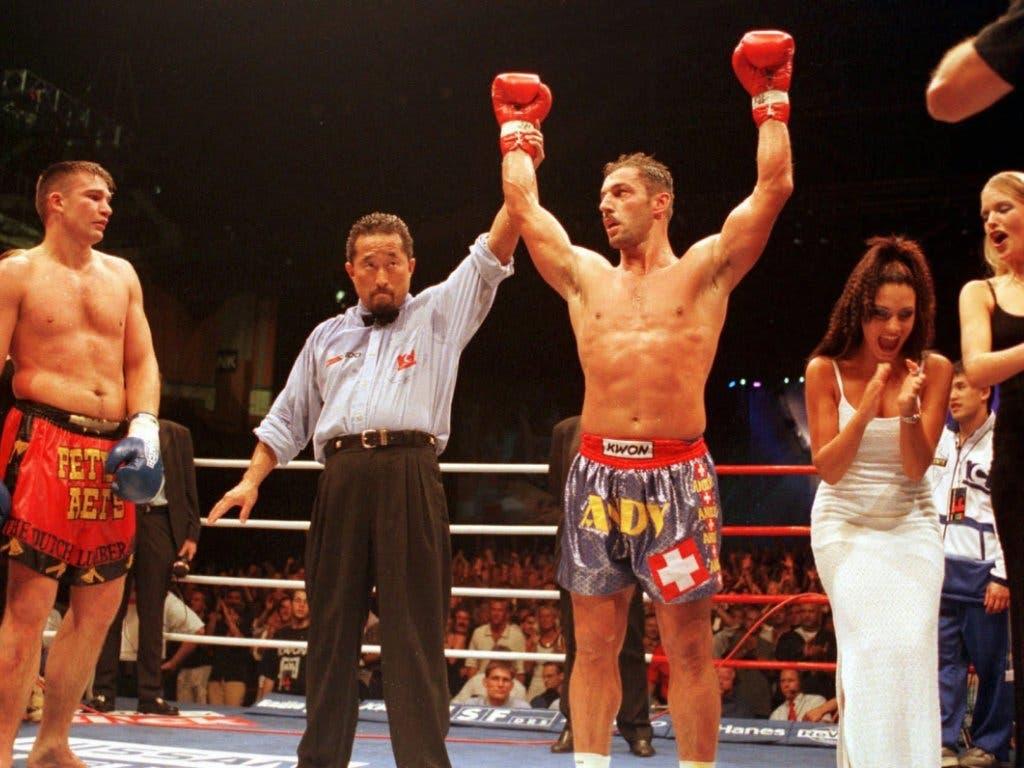 Andy Hug jubelt am 6. Juni 1998 nach dem Sieg gegen den Niederländer Peter Aerts in Zürich
