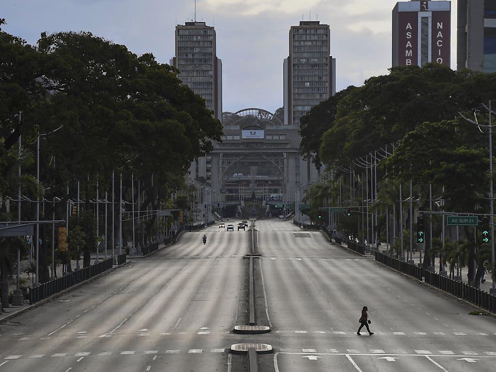 Die Vereinten Nationen haben tonnenweise Hilfsgüter nach Venezuela geliefert, weil auch dieses Land von dem Coronavirus stark betroffen ist. (Archivbild Caracas Ende März 2020)