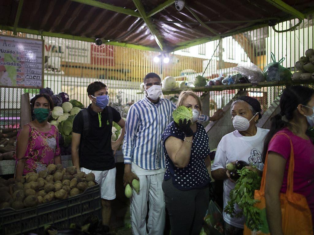 Die Versorgungslage in Venezuela war schon vor dem Ausbruch der Coronavirus-Krise fatal und die Menschen müssen derzeit weiterhin vielerorts Schlange stehen.
