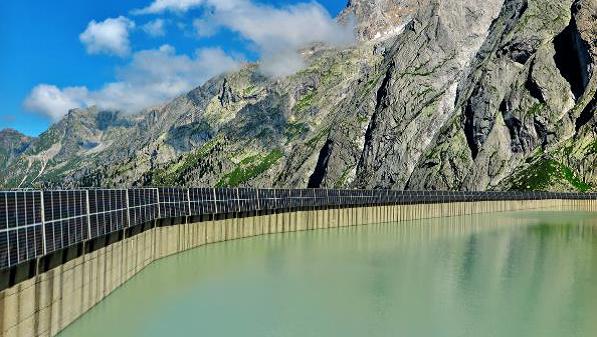 Über 1'200 Photovoltaik-Module werden auf der Südseite der 600 Meter langen Staumauer Albigna montiert (Bildmontage. (EWZ)