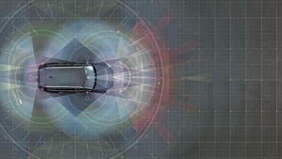 Mit Kameras, Radar- und Ultraschallsensoren hat die Elektronik den Überblick. (Bilder: zvg)