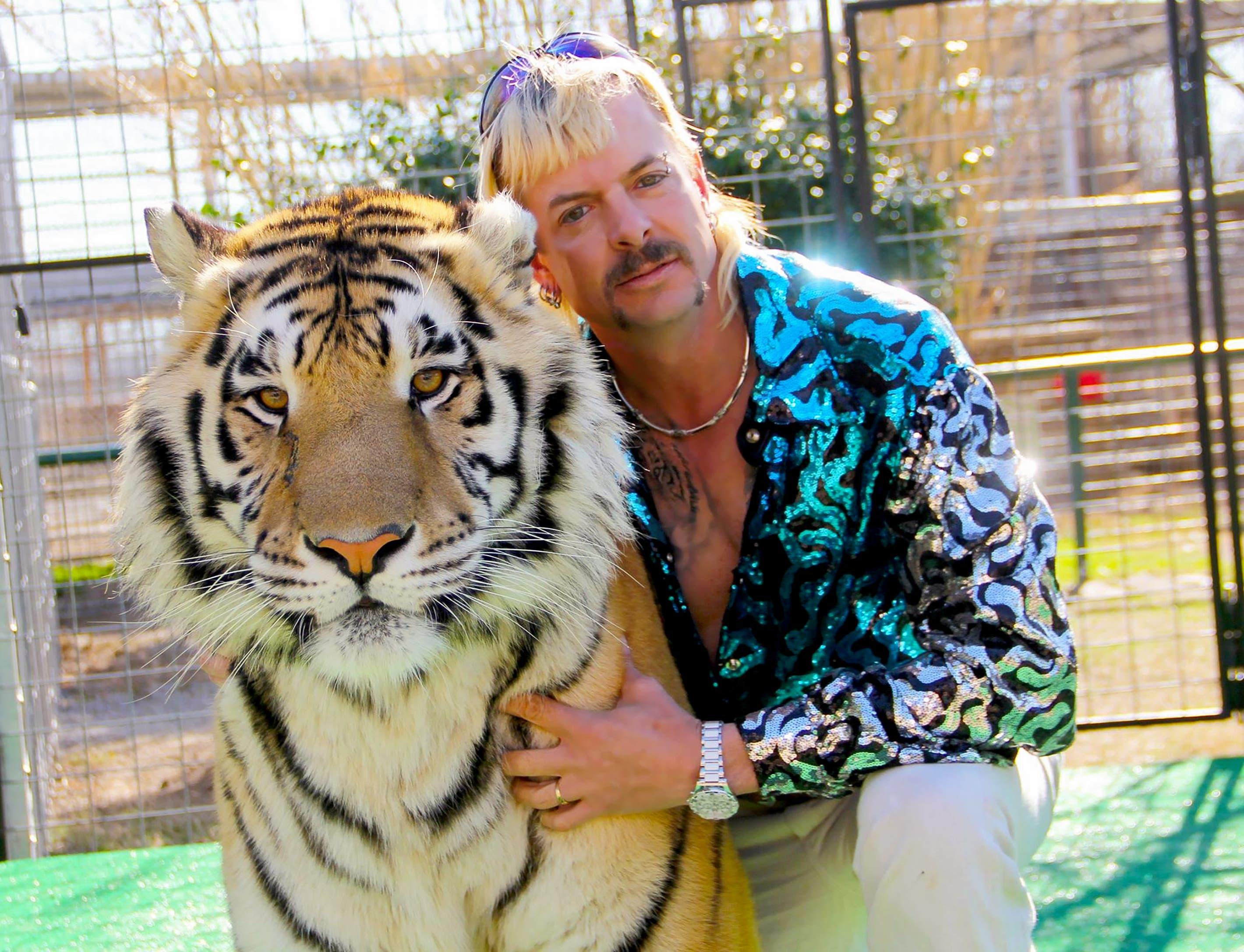 NEU: Tiger King (2020) Die Doku-Serie öffnet den Blick auf die unbekannte Welt von Privatzoos in den USA. Mit ganz vielen Tigern, Löwen und ihren oberschrägen Besitzern. Faszinierend wie abstossend.