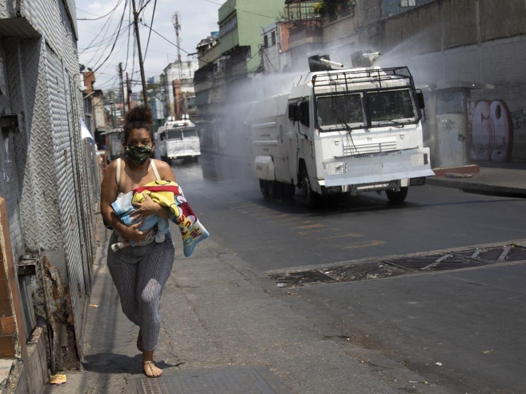 In der Hauptstadt Venezuelas werden die Strassen desinfiziert, um die Ausbreitung des Coronavirus einzudämmen.