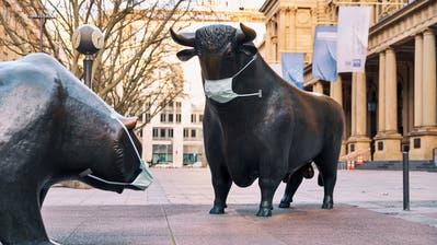 Das Auseinanderdriften von Real- und Finanzwirtschaft hat System. Das Bild zeigt einen Bullen und Bären vor der Frankfurter Börse. ((Bild: Oliver Ruether/laif, 14. März 2020))