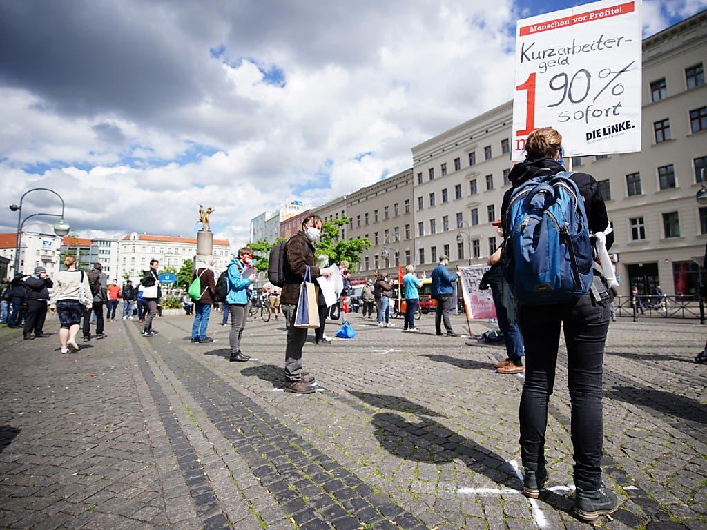 Demonstrieren mit Abstand in Neukölln in Berlin