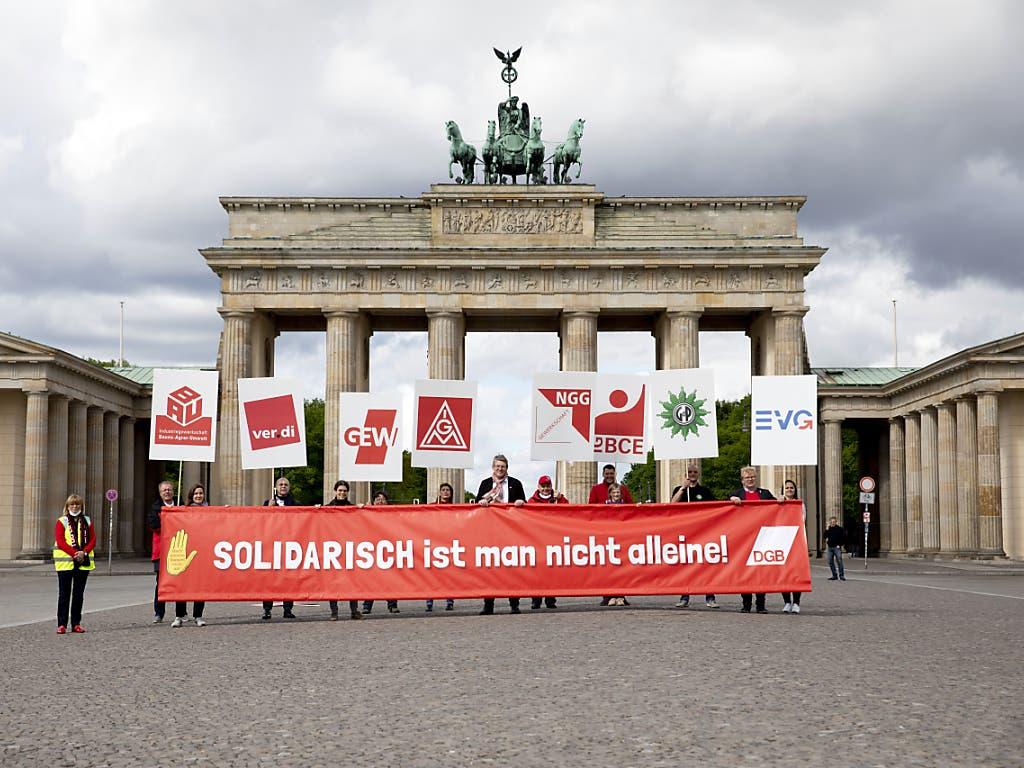 «Solidarisch ist man nicht allein!» 1. Mai-Demonstranten vor dem Brandenburger-Tor in Berlin.
