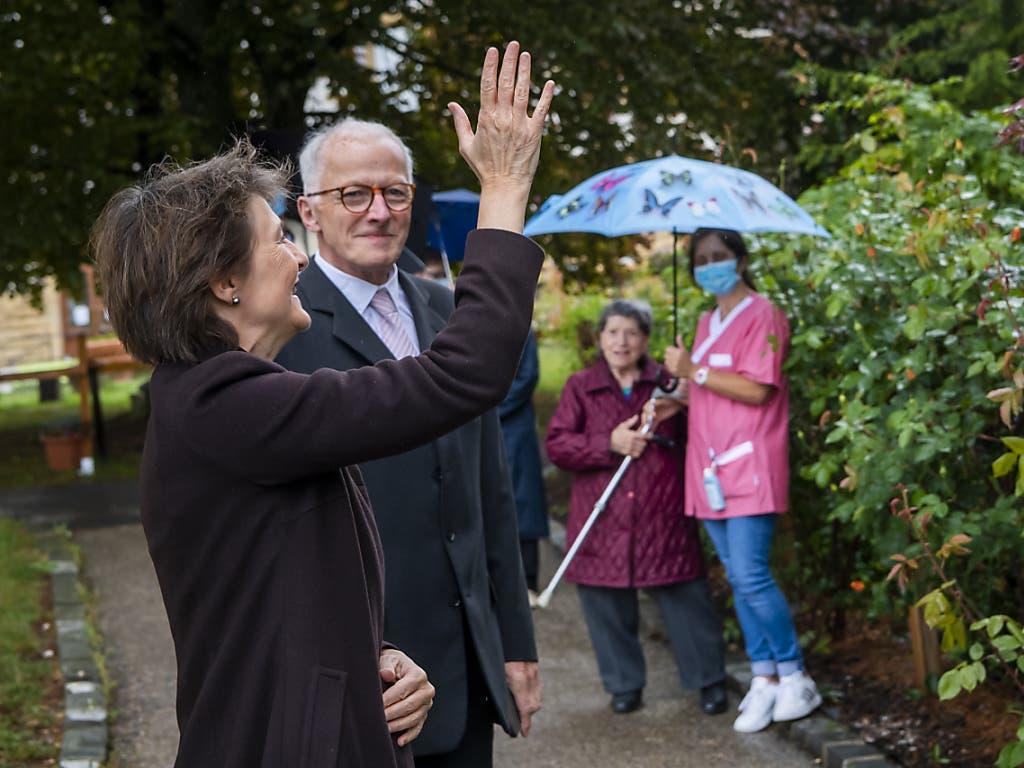 Bundespräsidentin Simonetta Sommaruga besuchte vor dem Tag der Arbeit in Neuenburg ein Altersheim und tauschte sich mit dem Personal aus.