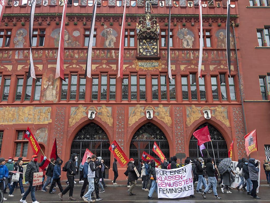 In der Basler Innenstadt nahmen am Freitag trotz Versammlungsverbot rund 400 Demonstranten an einer unbewilligten 1- Mai-Kundgebung teil