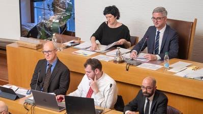 Sie bilden zusammen mit den sechs Fraktionspräsidenten das Präsidium des St.Galler Stadtparlaments: Präsident Beat Rütsche (CVP) und seine Vizepräsidentin Alexandra Akeret (SP) sowie die Stimmenzähler (von links) Karl Schimke (FDP), Remo Wäspe (SVP) und Christoph Wettach (GLP). (Bild: Urs Bucher (14.1.2020))