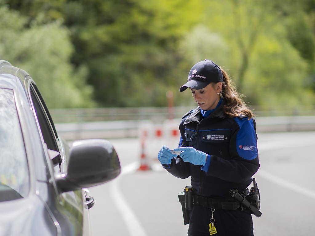 Aktuell werden bei der Einreise in Campocologno alle Fahrzeuge und Insassen überprüft, ob sie in die Schweiz dürfen. Deshalb brauchte es auch mehr Personal, so dass Gasparin aushilft