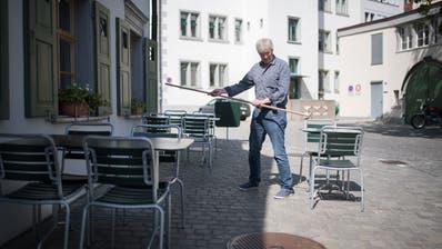 Der Abstand muss stimmen: Die Tische vor dem «Zeughaus» in St.Gallen werden neu arrangiert. (Bild: Benjamin Manser)
