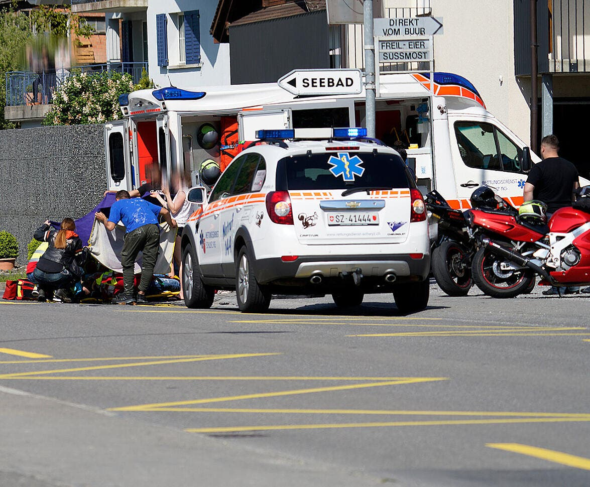 Rettungskräfte kümmern sich um den gestürzten Töfffahrer.