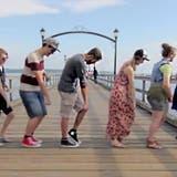 Ein Screenshot aus dem Musikvideo zu «Days & Nights». ((Bild: PD))