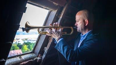 Dani Felber spielt aus dem höchsten Fenster im Kirchturm von Ermatingen. (Bild: Michel Canonica)