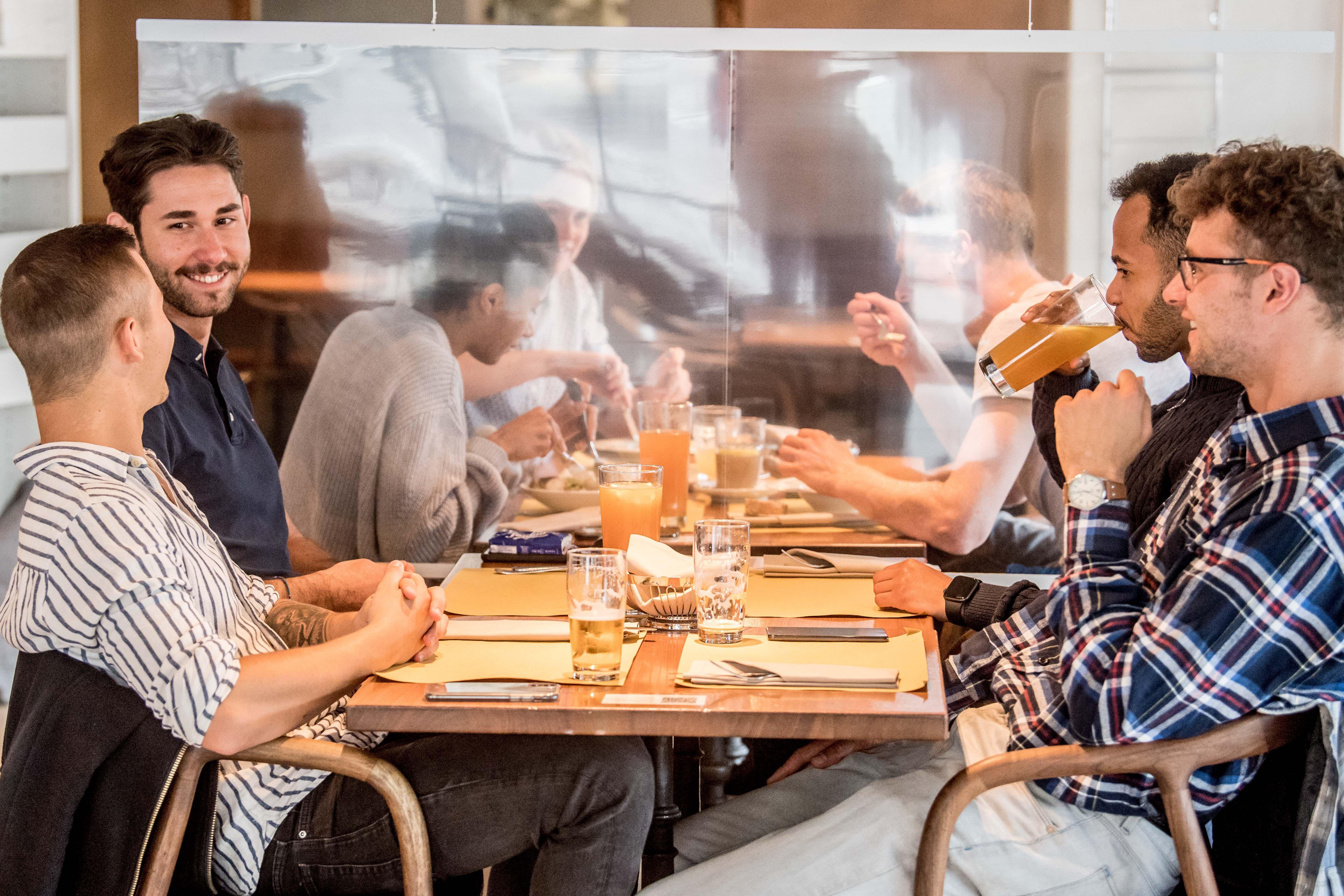 Gäste an einem Tisch im Restaurant Mill Feuille.