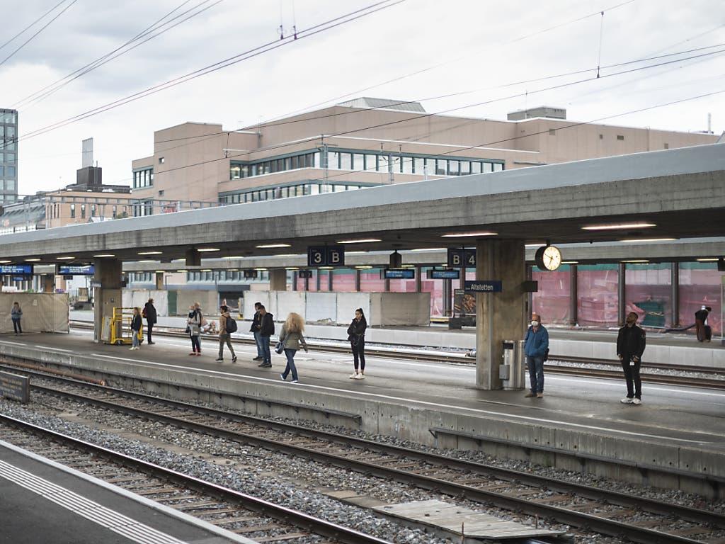 Pendler warten beim Bahnhof Zürich-Altstetten auf den Zug; da teilweise immer noch im Homeoffice gearbeitet wird, kommt es nicht zum Gedränge wie vor dem Lockdown.