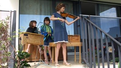 Alexandra Egli (10) erfreut die Zuhörer mit einem Violinsolo. (Bilder: Kurt Liembd (Alpnach, 10. Mai 2020))