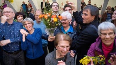 Grün ist im Trend: Grüne aus der Stadt St.Gallen – darunter alt Nationalrätin Pia Hollenstein rechts hinter dem Blumenstrauss – freuen sich über ihr gutes Abschneiden in den Kantonsratswahlen vom 8. März. (Bild: Ralph Ribi)
