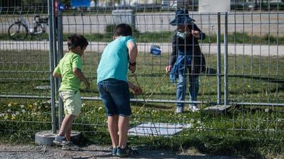 Noch steht der Grenzzaun in Kreuzlingen. (Bild: Michel Canonica)