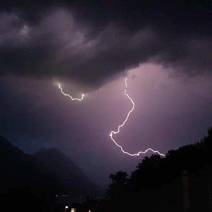 Ein Blitz während dem Gewitter am Samstagabend: Blick Richtung Ewil/Giswil.