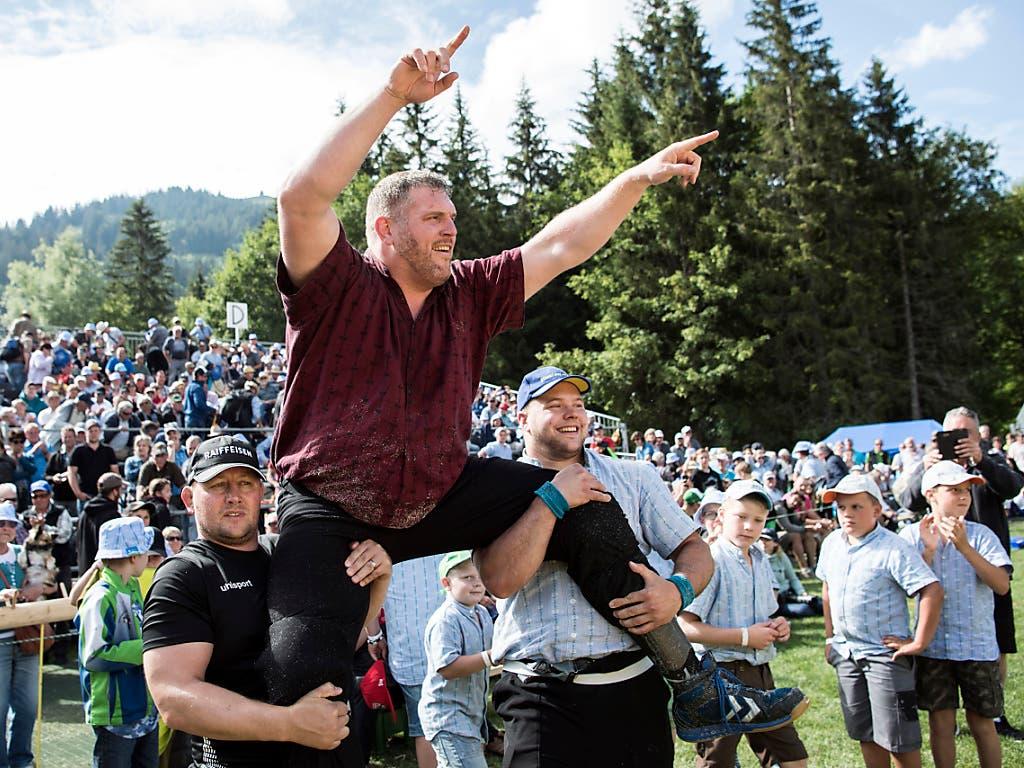 Christian Stucki wird von seinen Kollegen oft auf den Schultern getragen - wie hier im Sommer 2018 am Schwarzsee.