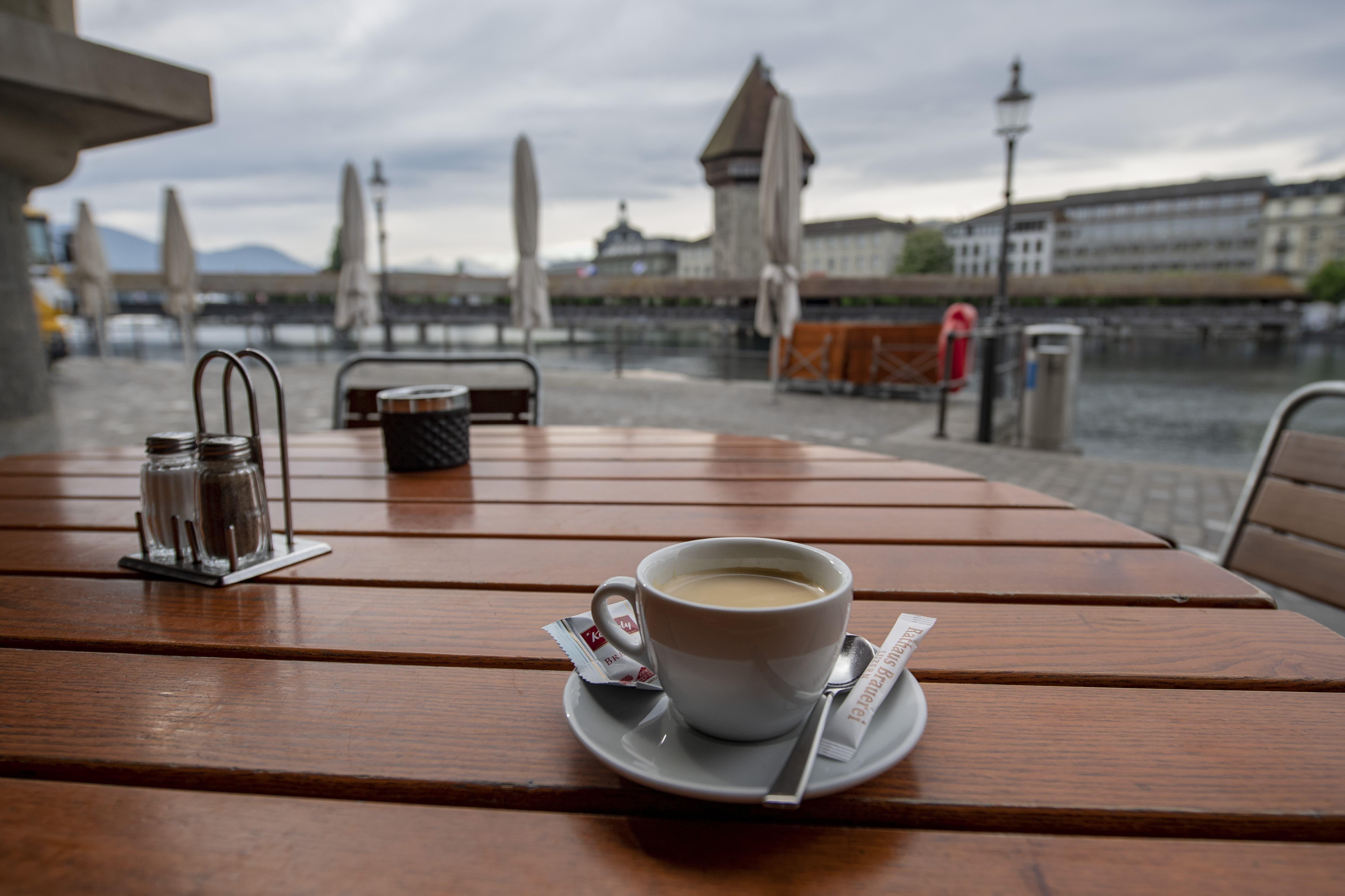 Im Restaurant Rathaus-Brauerei an der Reuss in Luzern wird anlässlich der Wiedereröffnung ein erster Kaffee auf der Terrasse serviert.