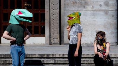 """Menschen mit Echsenmaskenan der """"Hygiene-Demo"""" in Berlin: In ganz Deutschland versammeln sich Verschwörungstheoretiker, um gegen die Coronamassnahmen zu demonstrieren. (Bild: Filip Singer / EPA)"""