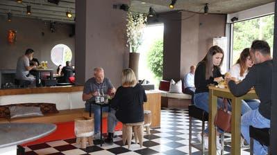 Ungewohnter Anblick: Im Restaurant Habsburg stehen die Tische weit auseinander. (Susi Miara)