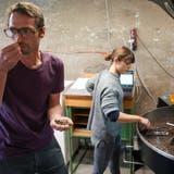 BettinaHanimann steht vor dem Kaffeeröster in ihrer Steinacher Garage: «Das Gerät macht den Kaffee erst zu dem Produkt, wie wir es kennen.» (Bild: Raphael Rohner)