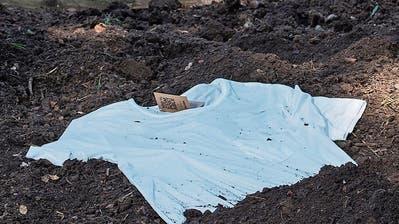 Das T-Shirt im Garten zu vergraben, ist für die Natur nicht die beste Lösung. (Bild: Eveline Beerkircher)