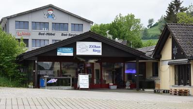 Neben dem «Zoohaus»-Schild prangt ein «zu verkaufen»-Plakat über dem Eingang der Tierhandlung in Dietfurt. (Bild: Ruben Schönenberger)