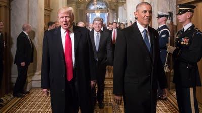 Damals waren sie noch freundlich zueinander: Donald Trump und Barack Obama am 20. Januar 2017 auf dem Weg zu Trumps Amtseinsetzung in Washington D.C.. (Bild: Keystone)