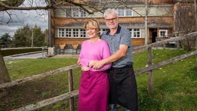 Ein Bild aus glücklicheren Tagen: Das Wirtepaar Fredy Lüscher und Michèle Müllervom Restaurant Urwaldhaus in Rehetobel. (Archivbild: Benjamin Manser)