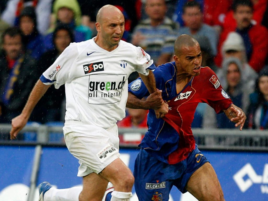 FCZ-Meistertorschütze Iulian Filipescu im Zweikampf mit Basels Eduardo