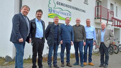 Eine Männerrunde: Der Gemeinderat von Birwinken mit Präsident Peter Stern (links). ((Bild: Mario Testa))