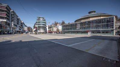 Zur Zeit sieht es auf dem Luzerner Löwenplatz meist so aus: Leere Carparkplätze machen den Blick auf die Asphaltwüste frei. (Pius Amrein  (lz) / Luzerner Zeitung (16. März 2020))