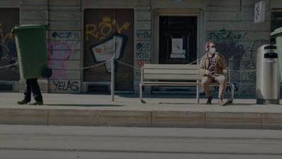 Wie in die Öffentlichkeit schleichen? In «Dass niemand weiss» lassen Alte viel Fantasie walten. (Bild: Screenshot SRF)