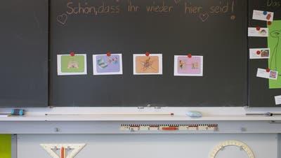 Die Kirchberger Lehrerin freut sich, dass sie wieder im Schulzimmer unterrichten darf. Auch wenn es anders ist als vor der Coronazeit. (Bild: Keystone/Gian Ehrenzeller)