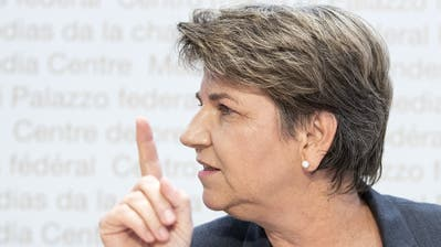 Bundesrätin Viola Amherd hebt den Warnfinger: «Die Profiklubs müssen jetzt auch ihren Effort leisten.» (Bild: Peter Schneider/Keystone)