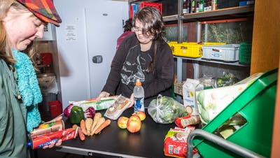 Eine Bezügerin erhält in der Restessbar in Frauenfeld Lebensmittel von einer freiwilligen Helferin. ((Bild: Andrea Stalder, 11. Februar 2020))