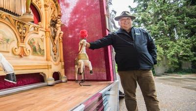 Schausteller Hanspeter Maier gibt mit seiner historischen Jahrmarktorgelein Geburtstagsständchen im Alterszentrum Park in Frauenfeld. ((Bild: Reto Martin))
