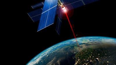 Die Sonnenenergie könnte von einem Satelliten als Laserstrahl auf die Erde gestrahlt werden. (Bild: Getty Images)