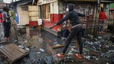 Menschen, die als Tagelöhner arbeiten, trifft die Corona-Krise besonders hart. Hier im Bild: Bewohner des Kibera Slum in Nairobi, Kenia. (Brian Inganga)