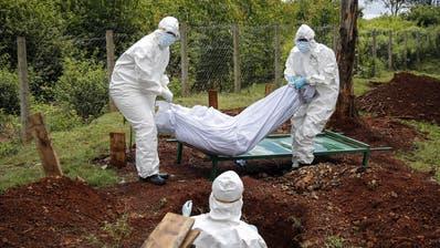 Bestattungsbeamte in Schutzkleidung beerdigen ein Coronavirus-Todesopfer auf dem Langata-Friedhof in Nairobi, der Hauptstadt Kenias. (Symbolbild.) (Brian Inganga)